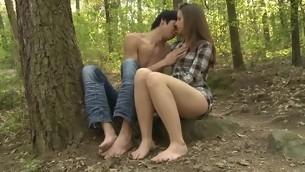 tenåring kyssing utendørs amatør